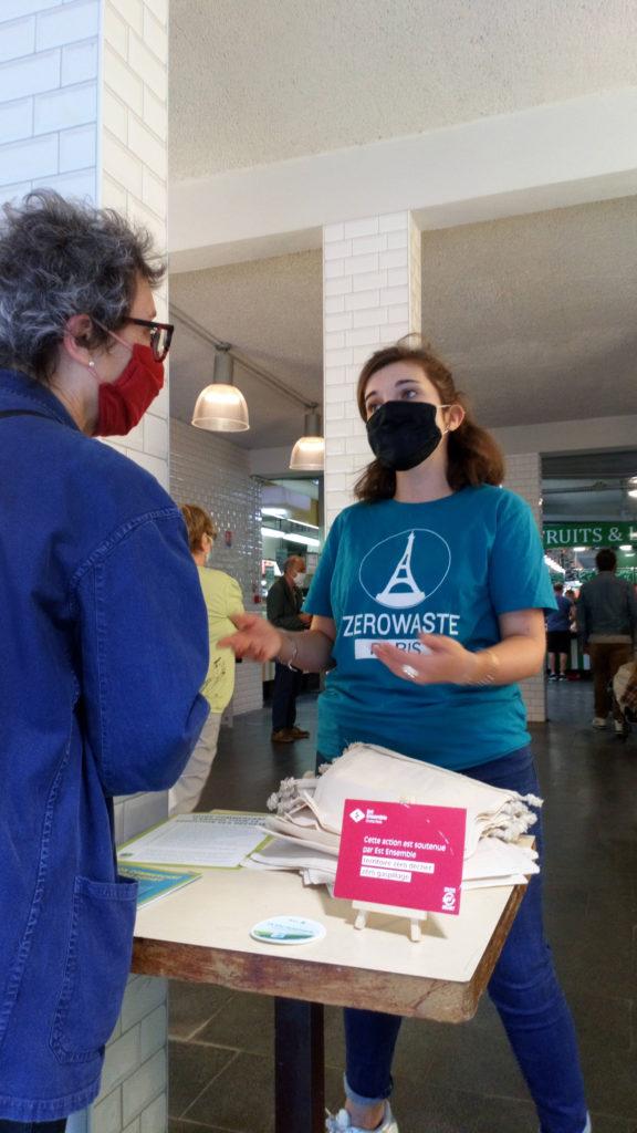 Une bénévole discute avec une citoyenne.